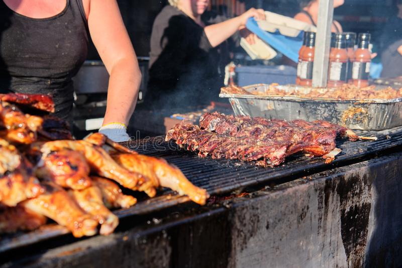 Cuisson du festival extérieur de gril de barbecue à Vancouver photographie stock libre de droits