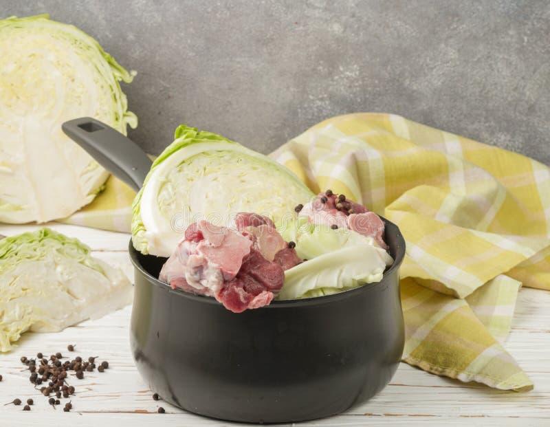 Cuisson du plat norvégien traditionnel du chou braisé avec l photographie stock