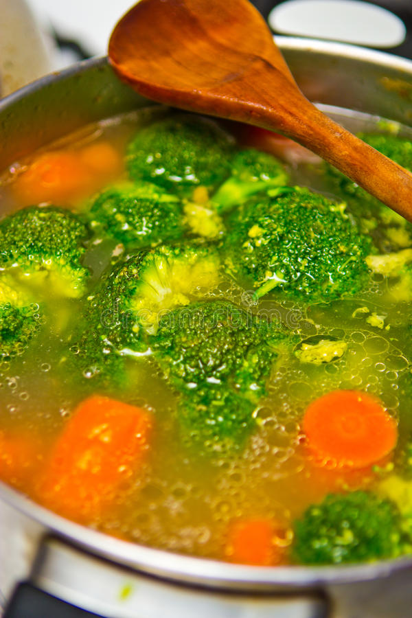 Cuisson du potage de broccoli photos libres de droits