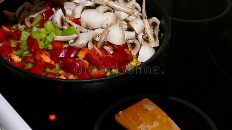 Cuisson du poulet avec des légumes et des champignons photos libres de droits