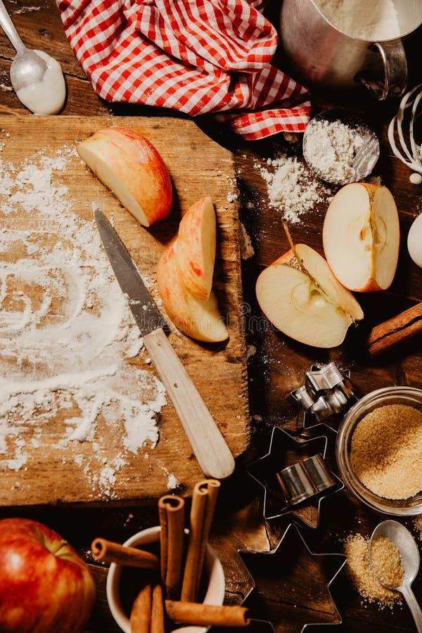 Cuisson du procédé de boulangerie d'en haut images libres de droits