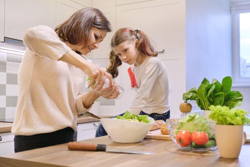 Cuisson du repas à la maison sain par la famille, salaison de femme et salade nouvellement fabriquée de poivre images libres de droits