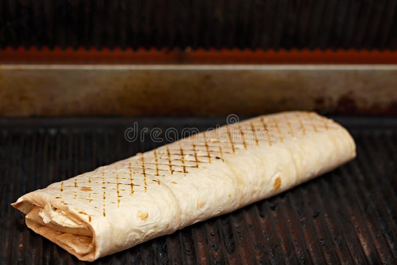 Cuisson du shawarma en pain pita photos stock