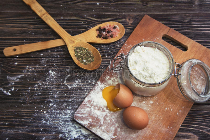 Cuisson et composants avec les épices aromatiques exotiques photo stock