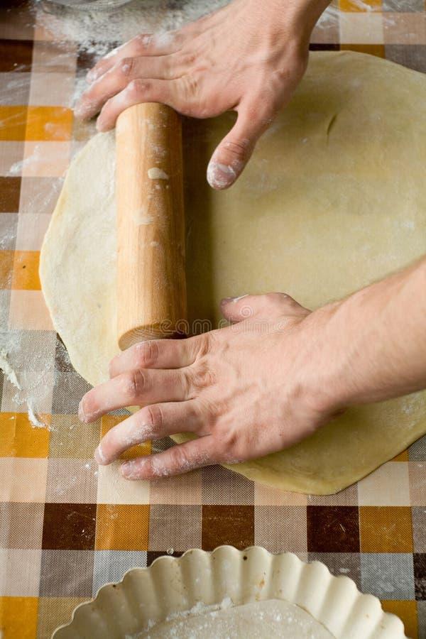 Download Cuisson Et Concept à La Maison - Fermez-vous Des Mains Masculines Malaxant La Pâte Photo stock - Image du nourriture, mâle: 56489066