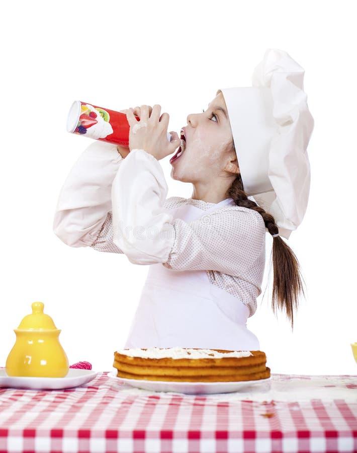 Cuisson et concept de personnes - petite fille de sourire dans le chapeau de cuisinier photographie stock