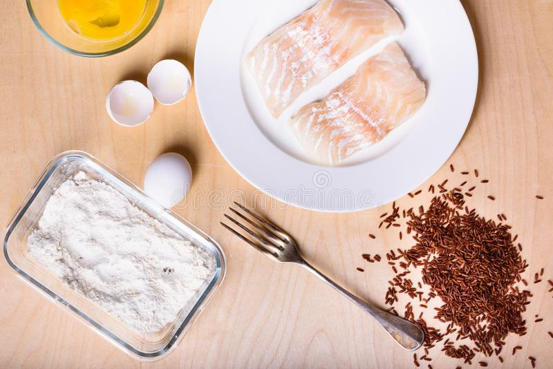 Cuisson et ingrédients de poisson cru Filet, oeuf et riz de morue photo stock