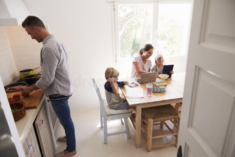 Cuisson et maman de papa avec des enfants la table de - La cuisine des enfants ...