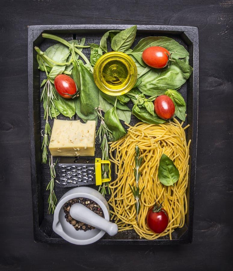 Cuisson et pâtes végétariennes de concept avec du fromage, les épices colorées, les herbes, le beurre et une petite râpe dans un  image stock