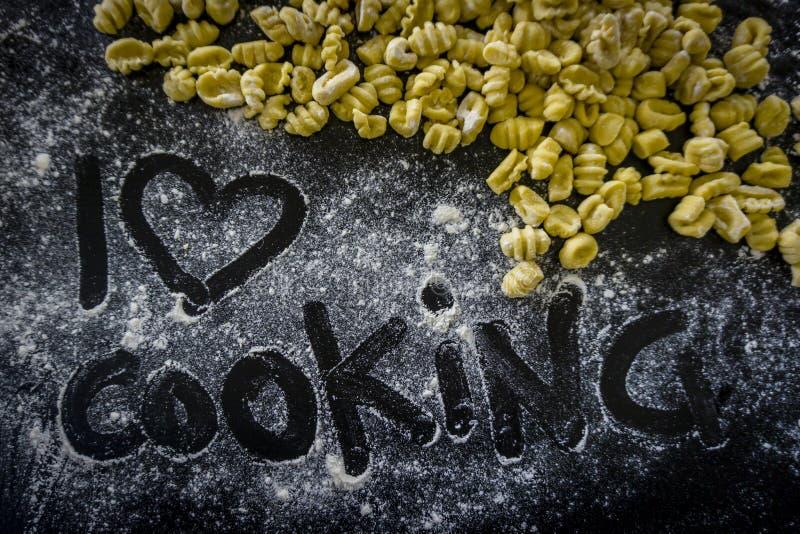 Cuisson fraîche d'amour du gnocchi i de pâtes images stock