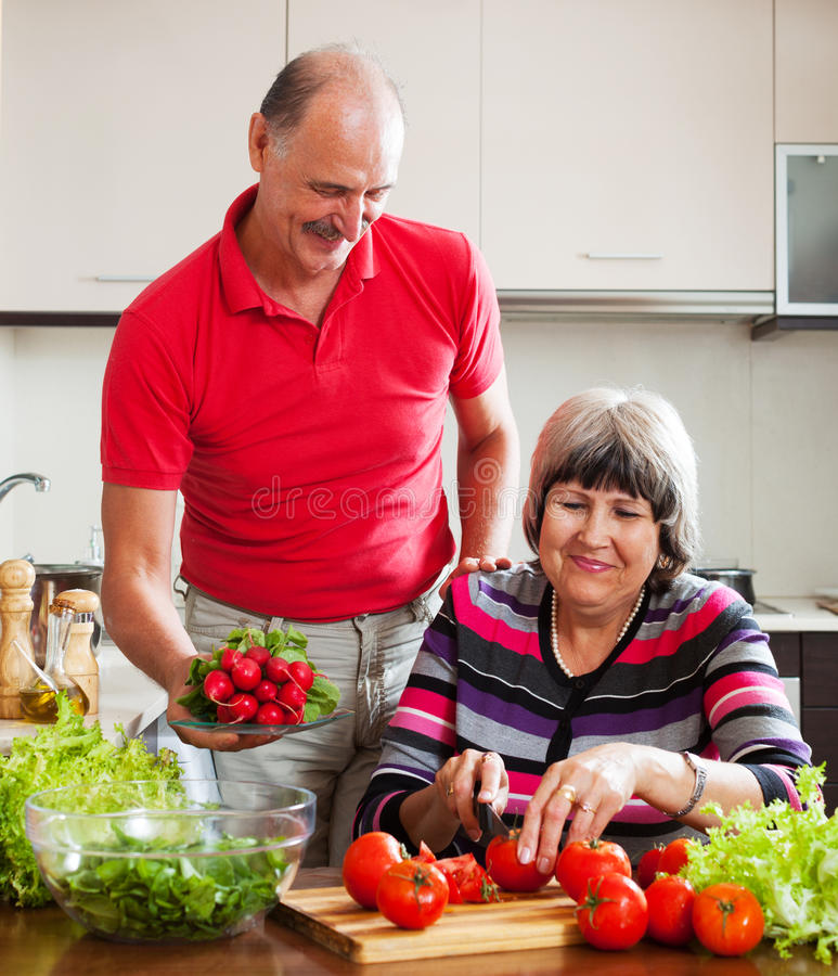 Cuisson mûre de couples  dans la cuisine image libre de droits