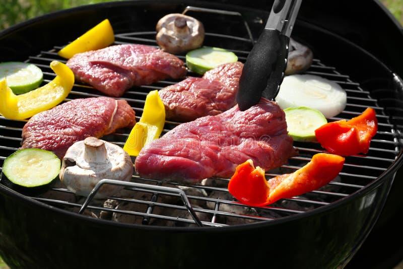 Cuisson savoureuse crue de bifteks et de légumes photos libres de droits