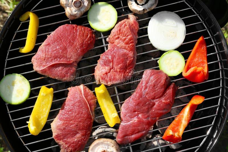 Cuisson savoureuse crue de bifteks et de légumes photo libre de droits