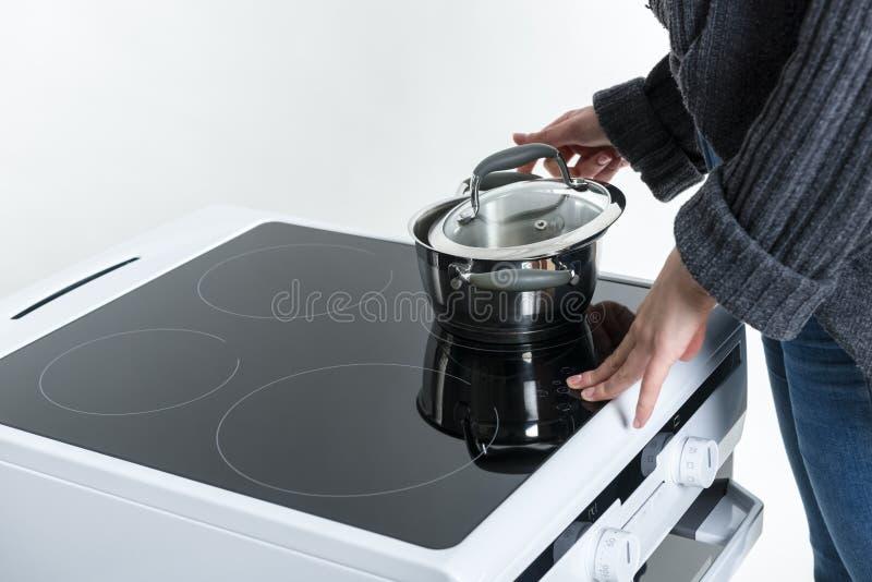 Cuisson sur le cuiseur d'induction photo libre de droits