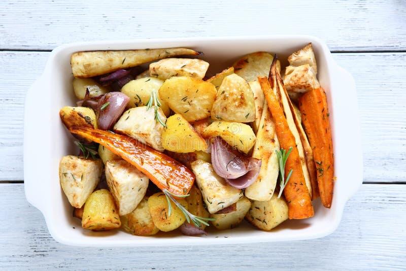 Cuit au four dans les tranches de four de légumes photographie stock