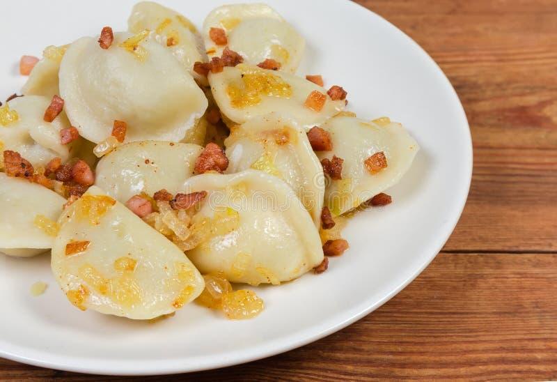 Cuit a rempli boulettes assaisonnées de plan rapproché frit de lard et d'oignon photos libres de droits