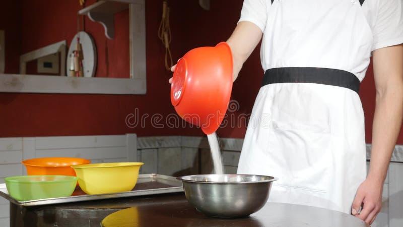 Cukier spada na talerzu morele na drewno stole obraz stock
