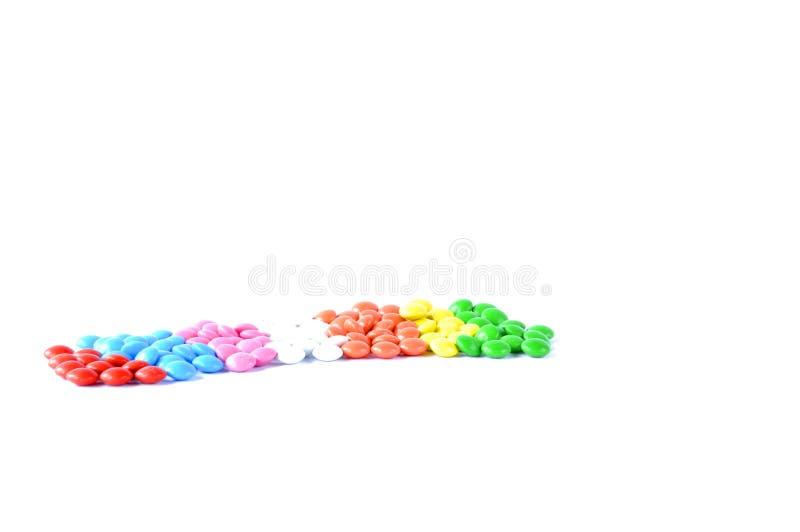 Cukierek rozpraszał na stole na białym tle zdjęcie royalty free