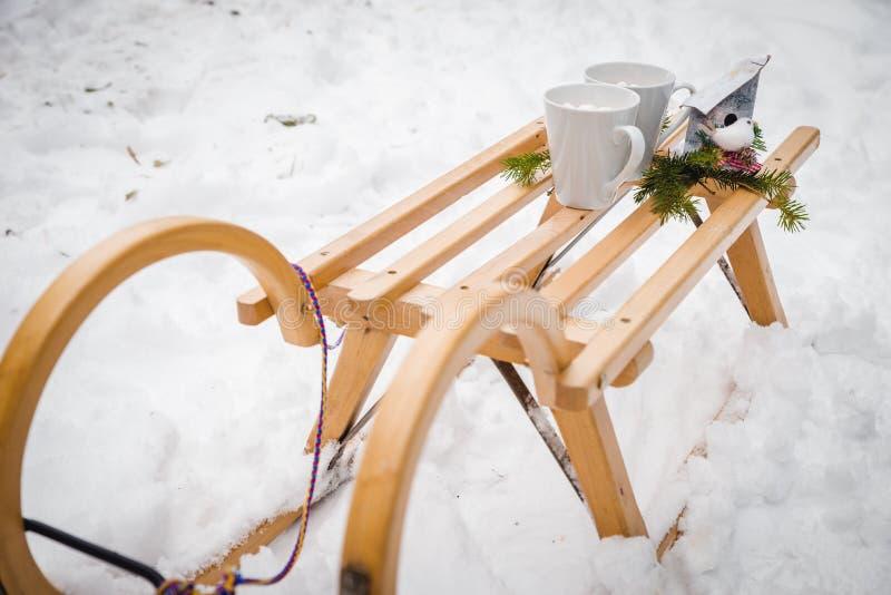 Cukierek trzciny świeczki, Święty Mikołaj sanie z pończochami choinki girlandą i śniegu tło; obrazy stock
