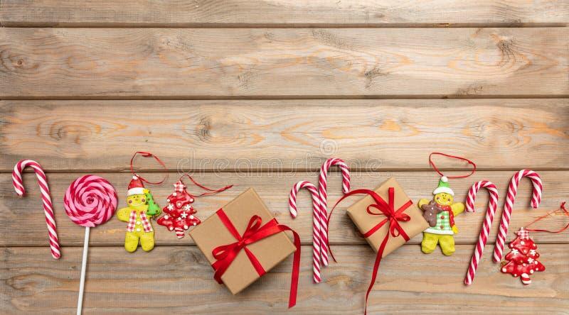 Cukierek trzciny, boże narodzenie ornamenty i prezenta pudełko z czerwonym faborkiem na drewnianym tle, kopii przestrzeń, odgórny obraz stock