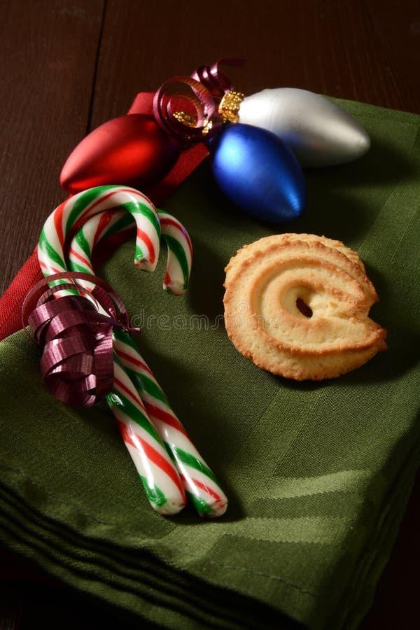 Cukierek trzciny i Bożenarodzeniowi ciastka obraz stock