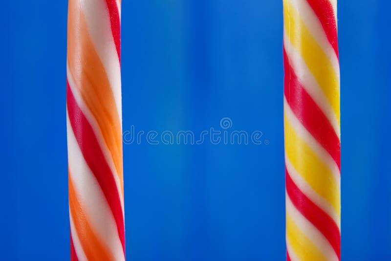 Cukierek trzciny karmel makro- na błękitnym tle Tradycyjny Christm zdjęcia stock