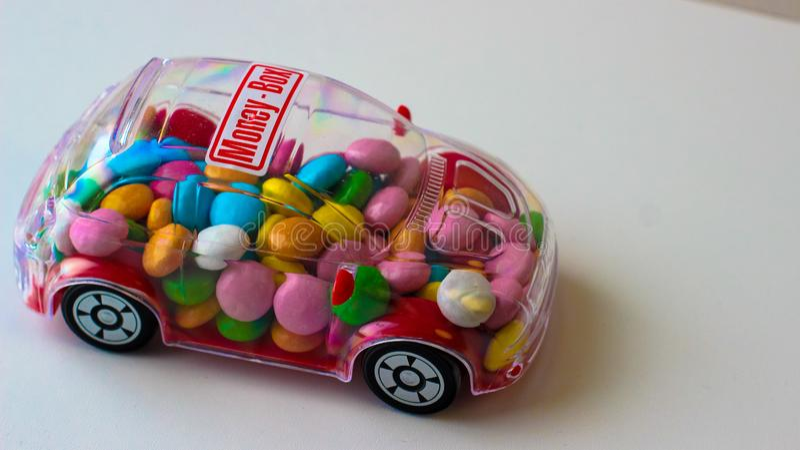 Cukierek w zabawkarskim samochodzie - pieniądze pudełko fotografia stock