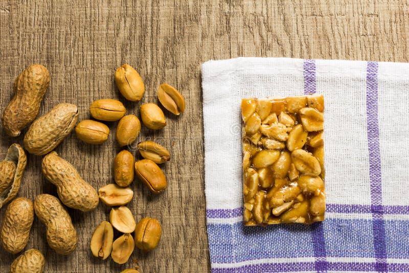 Cukierek z arachidem: Pe De Moleque w Brazylia i Chikki w India obrazy stock
