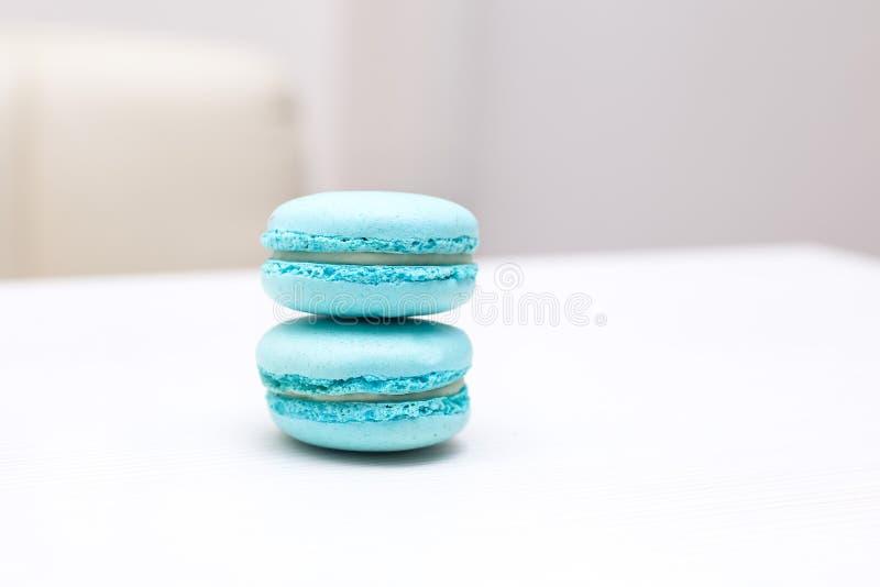 Cukierków macaroons miętówka barwi na białym stole obrazy stock