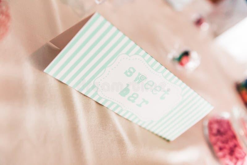 Cukierki baru papieru znak na ślubu stole z Coloured cukierkami obraz royalty free