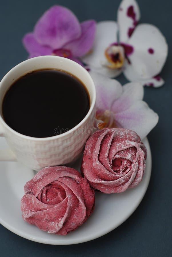Cukierki filiżanka kawy na Błękitnych szarość tle z Storczykowymi kwiatami i Wiosny tło z kopii przestrzenią śniadanie obrazy stock