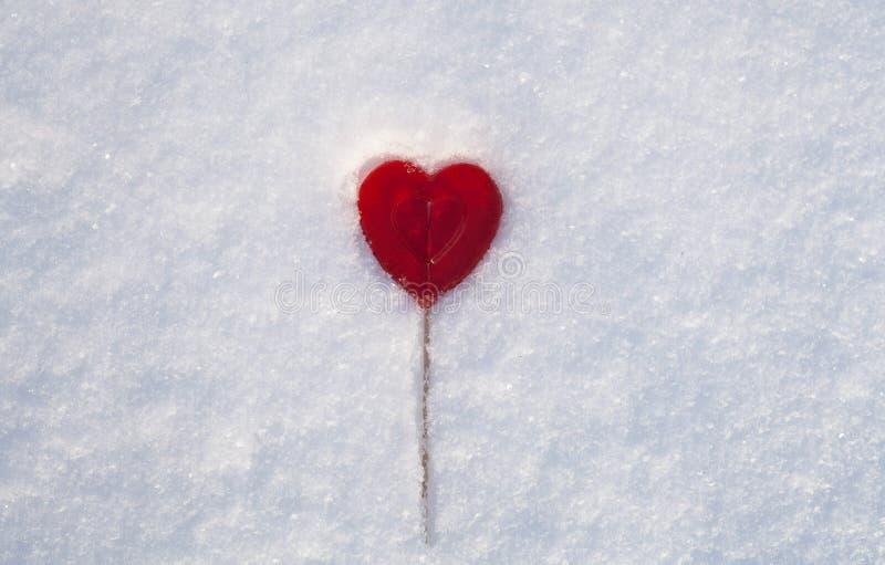 Cukierki Jeden Walentynek serce robić cukier z odbicia skutkiem na śniegu fotografia royalty free