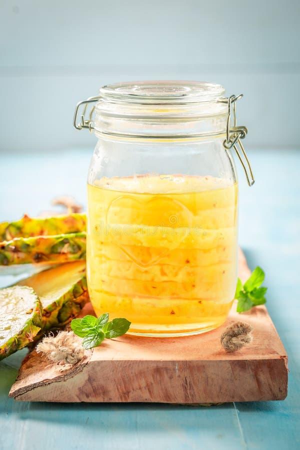 Cukierki konserwować ananas z cukierem i mennica leaf obrazy stock