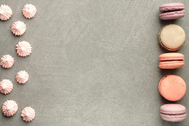 Cukierki na popielatym betonowym tle zdjęcie stock