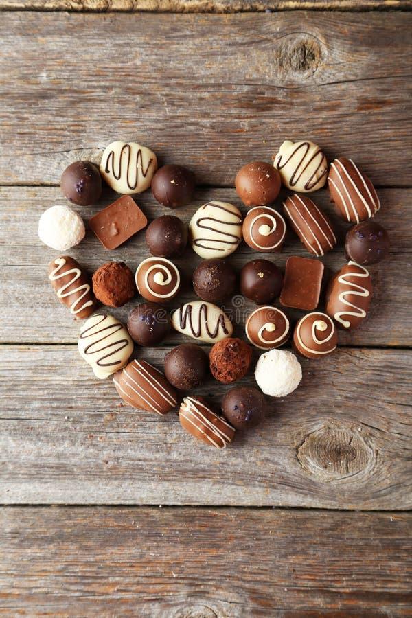 Cukierki na popielatym drewnianym tle, serce zdjęcia royalty free
