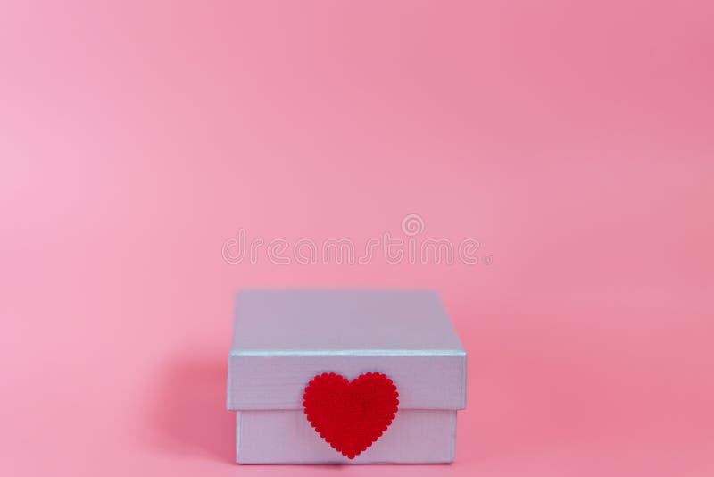 Cukierki różowy tło z prezenta pudełkiem srebną dekoracji foką i miłość i opieka z rzemiosło małym czerwonym kierowym symbolem Wa zdjęcia stock