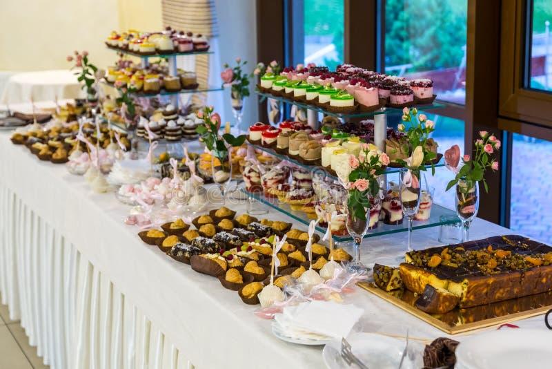 Cukierki stół przy ślubem Cukierku bar fotografia royalty free