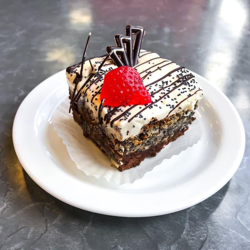 Cukierki tort, deser z kremowymi i makowymi ziarnami, kawa obraz royalty free