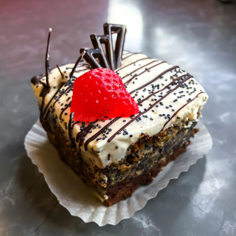 Cukierki tort, deser z kremowymi i makowymi ziarnami, kawa zdjęcia stock