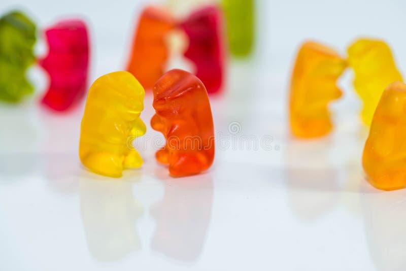 Cukierki, wyśmienicie gumowaci niedźwiedzie w małych grupach, taniec, opowiada partyjnego konceptualnego wizerunek zdjęcia stock