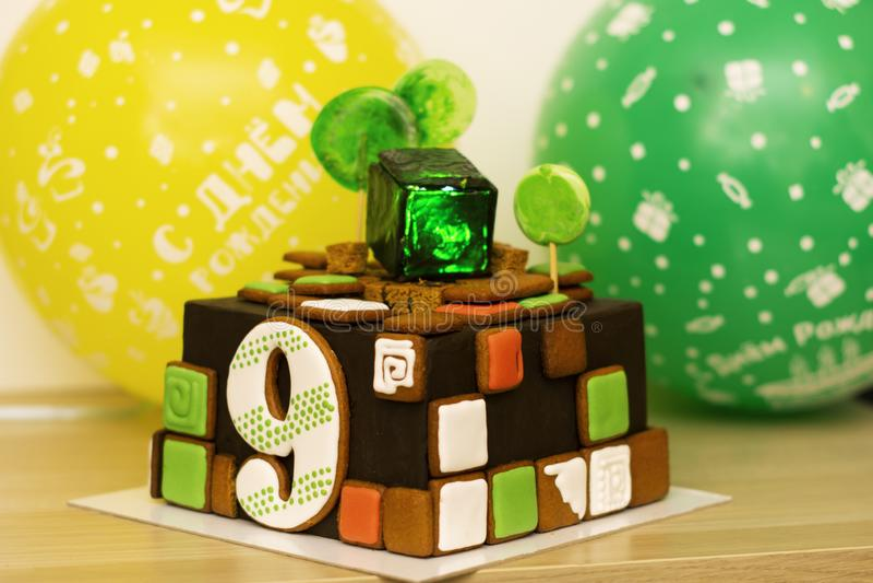 Cukierki, wyśmienicie jaskrawy urodzinowy tort dla 9 rok, backlit w sześcianie cukierki zieleni lód fotografia stock