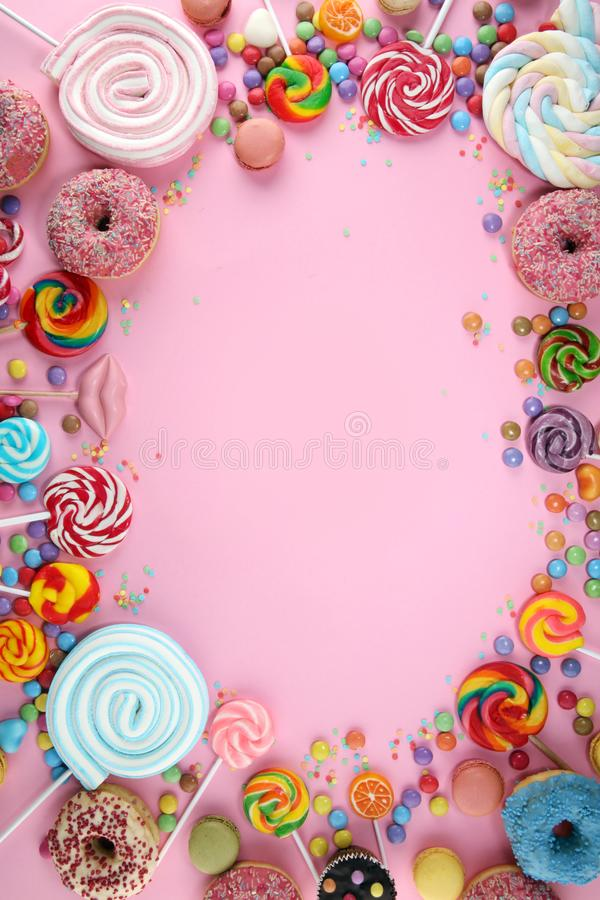 Cukierki z galaretą i cukierem kolorowy szyk różni childs cukierki, fundy na menchiach i zdjęcie stock