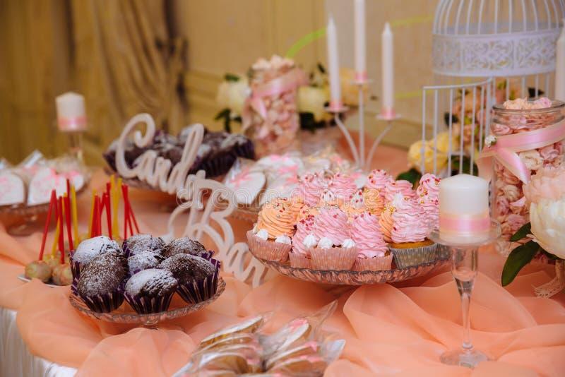 Cukierku bar na ślubnej ceremonii z mnóstwo różnymi cukierkami Pojęcie dekoracja stół z deserami zdjęcia stock