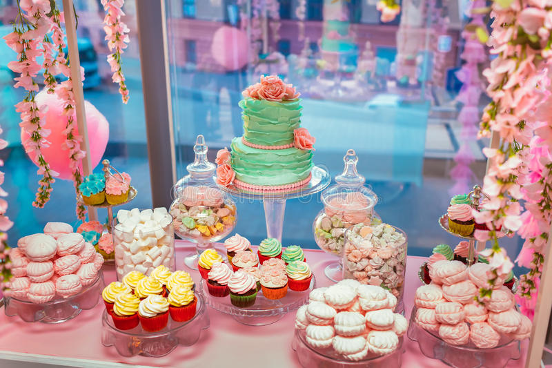 Cukierku bar Wyśmienicie słodki bufet z babeczkami i ślubnym tortem Słodki wakacyjny bufet z marshmallows i inny zdjęcia royalty free
