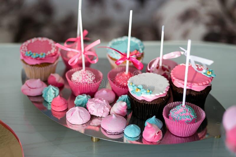 Cukierku bar Wyśmienicie słodki bufet z babeczkami Słodki wakacyjny b zdjęcia royalty free