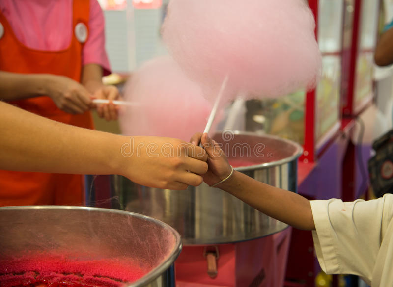 Cukierku cukierek dzieciaki daje handlowa zdjęcia royalty free