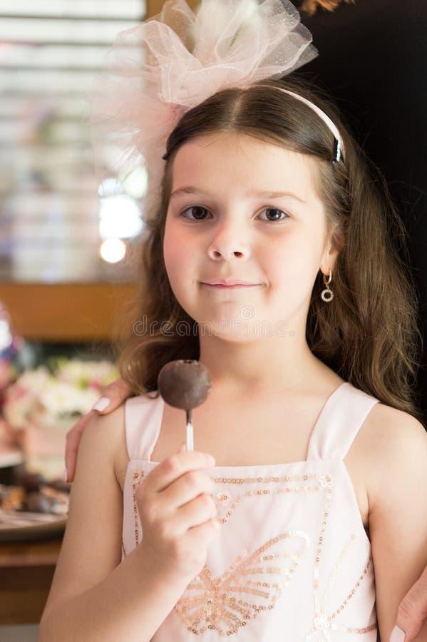 Cukierku torta i baru wystrza?y Zdrowy od?ywiania i nabrania posi?ek Wakacje fundy S?odki z?b Ma?a dziewczyna je woko?o cukierku zdjęcie stock