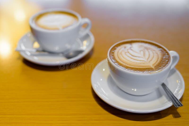 Cukierniana mokka Słuzyć Na Drewnianej stołu I klasyka Latte kawie Na tle obrazy royalty free