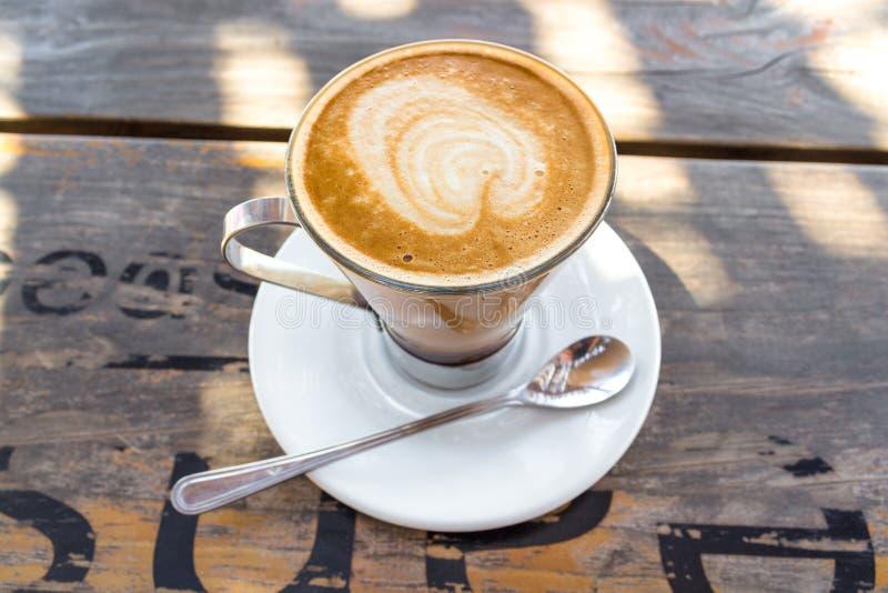 Cukiernianej mokki kawowy napój na drewnianym stole fotografia stock