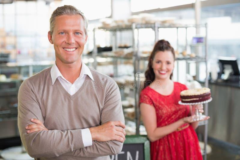 Cukierniani właściciele ono uśmiecha się przy kamerą zdjęcia stock